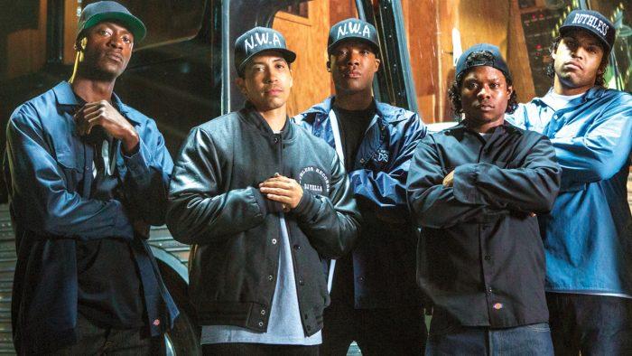 Photo de l'équipe d'acteurs qui interprète le groupe NWA dans le film de F. Gary Gray. Les cinq acteurs posent face à l'objectif et affichent un air déterminé.