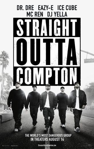 Poster du film Straight Outta Compton de F. Gary Gray. En bas du logo, les cinq membres du groupe NWA marchent face à l'objectif le long d'une route d'une rue de Compton.