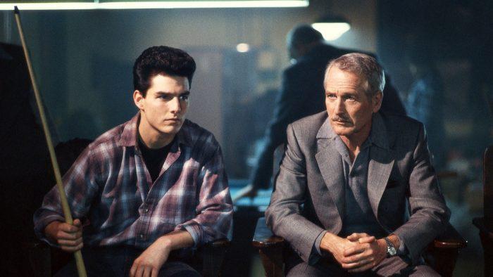 Photo de Tom Cruise et Paul Newman dans le film La couleur de l'argent de Martin Scorsese. Les deux acteurs sont assis dans une salle de billard et paraissent concentrés sur une partie.