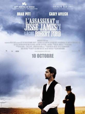 Poster du film L'assassinat de Jesse James par le lâche Robert Ford d'Andrew Dominik. Brad Pitt et Casey Affleck sont dans un champs. Le premier est pensif alors que le second l'observe, à l'arrière plan, avec un regard sombre et baissé.