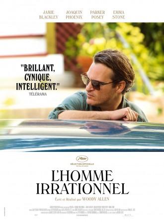 Poster de L'homme irrationnel de Woody Allen. Joaquin Phoenix se tient adossé à un voiture et regarde derrière lui avec un air suspicieux. Le reste de l'affiche comprend les informations textuelles sur un fond blanc.