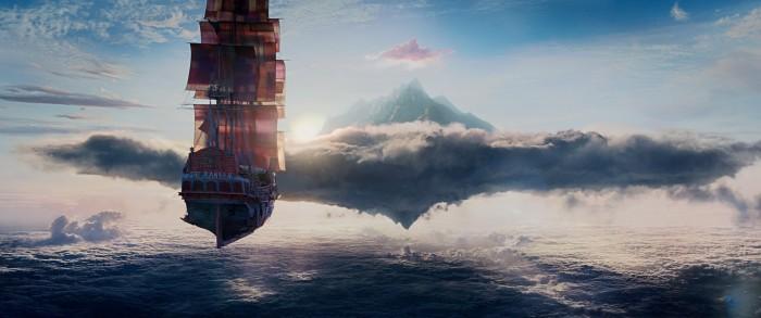Photo du Ranger, le bâteau de Barbe Noire dans le film Pan. Nous voyons le bateau flotter dans les airs et se diriger vers une montagne.