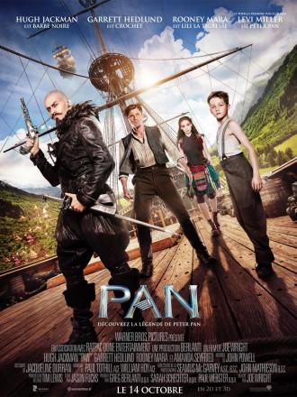 Poster du film Pan de Joe Wright. Tous les personnages principaux du film (Barbe Noire, Crochet, Lily la Tigresse et Peter Pan) se tiennent face à l'objectif sur l'un des bateaux de Barbe Noire. Autour d'eux, nous pouvons découvrir le Pays Imaginaire.