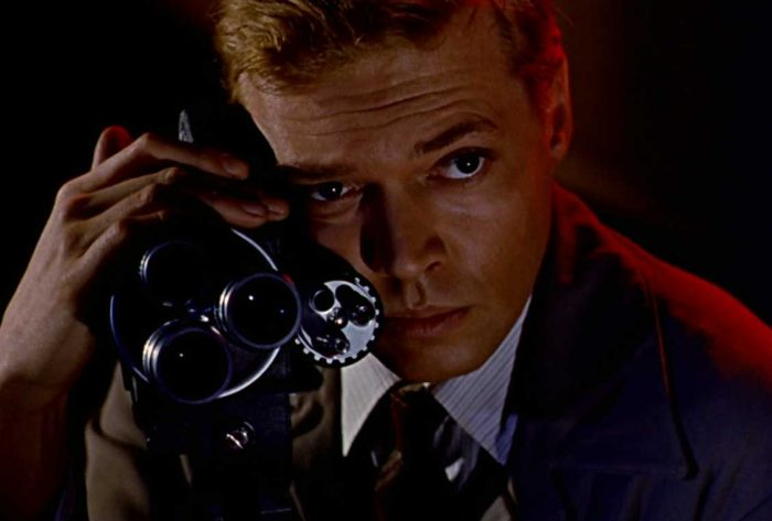 Photo de Karl Bohm dans le film Le Voyeur de Michael Powell. L'acteur y étreint sa caméra.