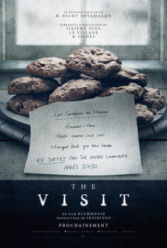 Poster du film The Visit M. Night Shyamalan. Sur une table terne, des cookies sont posés dans une assiette, accompagné d'un mot intrigant d'une grand mère.