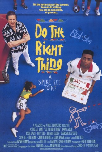 "Affiche du film Do The Right Thing de Spike Lee. Nous y voyons deux des personnages principaux regarder vers l'objectif. Le sol est peint en bleu et rappelle les couleurs marquées du film. A la craie, on lit ""A Spike Lee Joint"" et ""Bed Stuy"", le quartier de Brooklyn où se déroule le film."