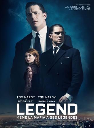 Poster du film Legend réalisé par Brian Helgeland. Sur un fond bleu, nous pouvons voir les deux jumeaux gangsters Kray interprétés par Tom Hardy ainsi que la femme de Reggie incarnée par Emily Browning. En bas de l'affiche, nous pouvons voir une vue aérienne du Londres nocturne des années 60.