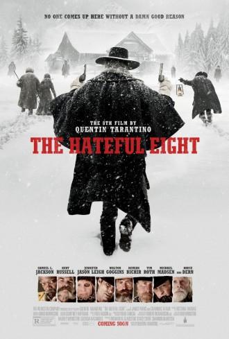 Affiche des Huit Salopards de Quentin Tarantino. Dans le blizzard, quatre personnages s'approchent du chalet, alors que quatre autres semblent les attendre devant. En bas de l'affiche, nous pouvons voir les visages de chacun des acteurs.