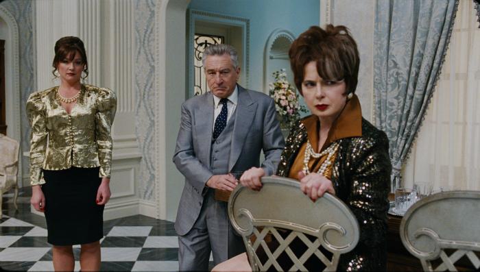Elisabeth Rohm, Robert De Niro et Isabella Rossellini sont sur la photographie. Ils sont très bien vêtus et regardent vers l'objectif d'un air agacé.
