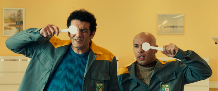 Photographie du film La tour 2 contrôle infernale. Le duo comique Eric et Ramzy fait un test optique. Ils ont tous les deux un air stupide.