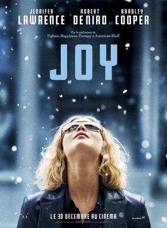 Poster du film Joy. Jennifer Lawrence est au centre de l'affiche et regarde vers le ciel. Des flocons de neige tombent.