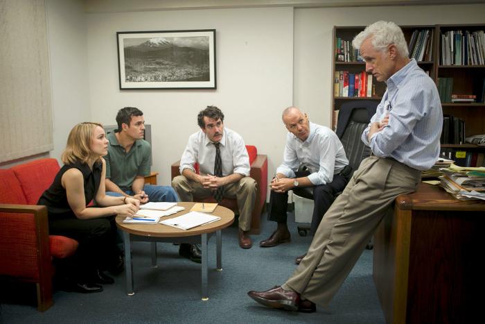 Photographie du film Spotlight réalisé par Tom McCarthy. Nous y voyons l'équipe de journalistes d'investigation regroupés pour échanger autour de l'affaire.