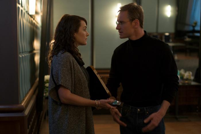 Photo du film Steve Jobs de Danny Boyle. Nous y voyons les comédiens Kate Winslet et Michael Fassbender en train de discuter face-à-face.
