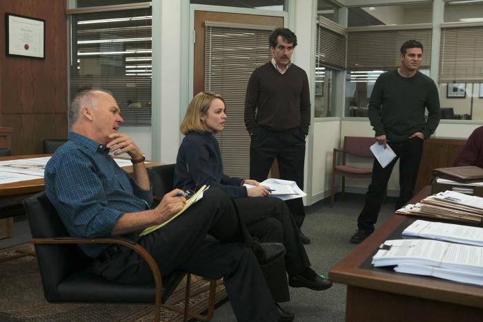 Photographie du film Spotlight. Sur la photo, nous voyons toute l'équipe de journalistes d'investigation réunie pour échanger sur une affaire.