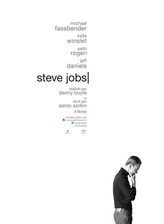 Poster de Steve Jobs, long métrage réalisé par Danny Boyle. Nous y voyons l'acteur principal, Michael Fassbender, sur un fond blanc. Le comédien incarne le fondateur de la marque Apple.