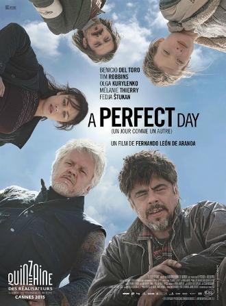 Affiche d'A perfect day, réalisé par Fernando Leon de Aranoa. Tous les personnages du film sont pris en contre-plongée et regardent l'objectif.