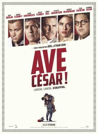 Poster du film Avé, César ! réalisé par les frères Coen. Nous y voyons les acteurs Channing Tatum, George Clooney, Josh Brolin, Scarlett Johansson et Jonah Hill. En bas de l'affiche, un homme porte un autre homme sur son dos.