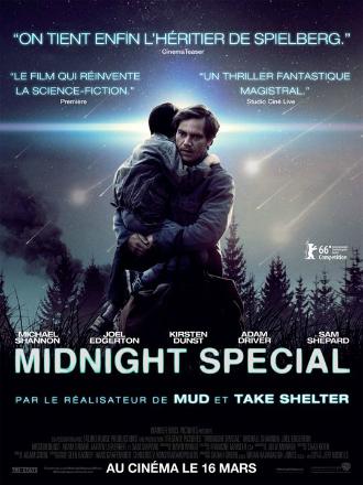 Affiche du film Midnight Special réalisé par Jeff Nichols. Nous y voyons l'acteur Michael Shannon serre dans ses bras un enfant de dos. Un faisceau lumineux bleu semble émaner du visage de l'enfant. La photo est de nuit, des paysages naturels sont visibles au second plan.