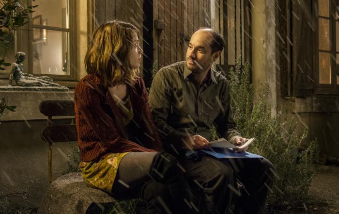 Photo du film Rosalie Blum réalisé par Julien Rappeneau. Les comédiens Alice Isaaz et Kyan Kohjandi sont assis sur un banc sous la neige et discutent.