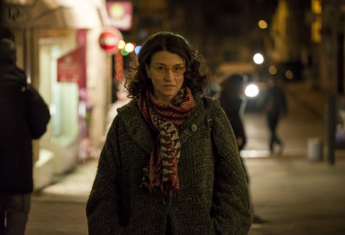 Photo du film Rosalie Blum réalisé par Julien Rappeneau. Nous y voyons la comédienne Noémie Lvovsky face à l'objectif, en train de marcher dans la rue.