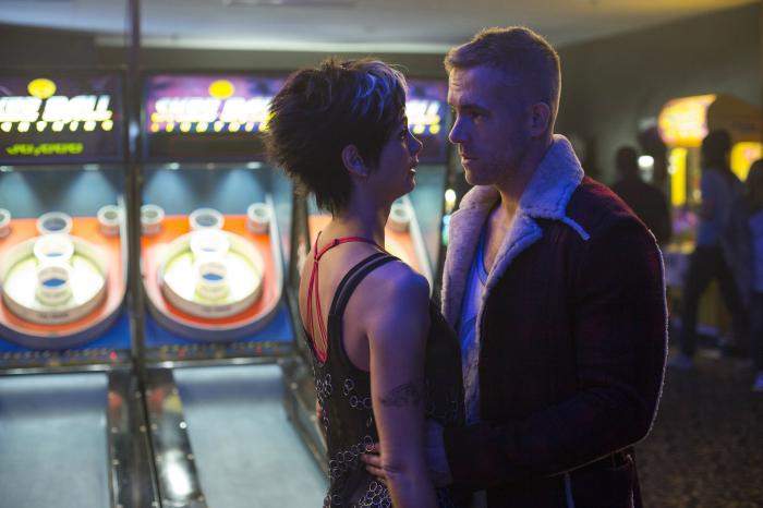 Photo de Ryan Reynolds et Morena Baccarin dans le film Deadpool réalisé par Tim Miller. Sur la photo, les comédiens sont dans un bar et sur le point de s'embrasser.