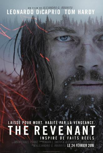 Poster de The Revenant réalisé par Alejandro G. Inarritu. Sur l'affiche, nous voyons le comédien Leonardo DiCaprio blessé et marqué regarder l'objectif, avec un fond de nature bleuté.