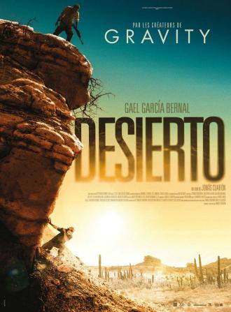 Affiche du film Desierto de Jonas Cuarón. Nous voyons un premier personnage en haut d'une colline, penché et armé d'un fusil. Le second personnage se cache sous la colline. Au loin, le soleil se couche.