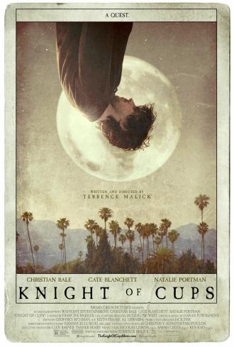 Affiche du film Knight of Cups de Terrence Malick. L'affiche est à l'image d'une carte de tarot. Le corps de Christian Bale est retourné, la tête vers le bas. Nous voyons la lune derrière lui. Au dessous, des palmiers représentent Los Angeles, le cadre du film.