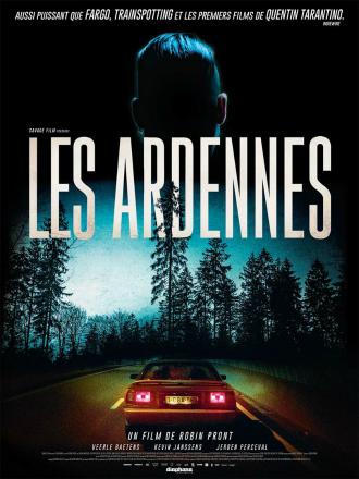 Affiche de Les Ardennes de Robin Pront. En haut de l'affiche, nous voyons l'arrière du visage de l'un des personnages. En bas. nous voyons l'arrière d'une voiture avançant sur une route des Ardennes.