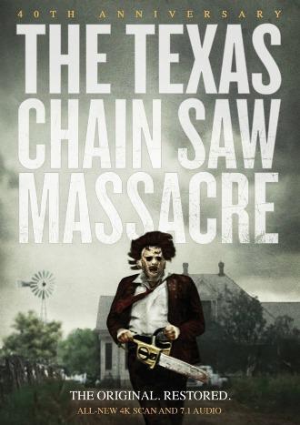 Poster de Massacre à la tronçonneuse de Tobe Hooper. Sur l'affiche, nous voyons la maison au second plan et Leatherface avancer vers l'objectif avec la tronçonneuse en main.
