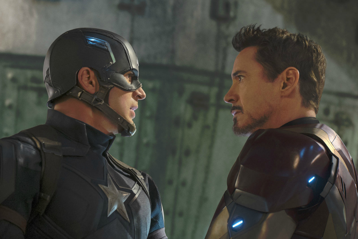 Photo de Chris Evans et Robert Downey Jr. dans le film Captain America - Civil War. En tenue de super-héros, les deux acteurs sont face à face et semblent tendus.