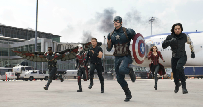 Photo d'Anthony Mackie, Paul Rudd, Jeremy Renner, Chris Evans, Elizabeth Olsen et Sebastian Stan dans le film Captain America - CIvil War. L'équipe de Captain America court dans un aéroport, prêts à affronter l'équipe d'Iron Man.
