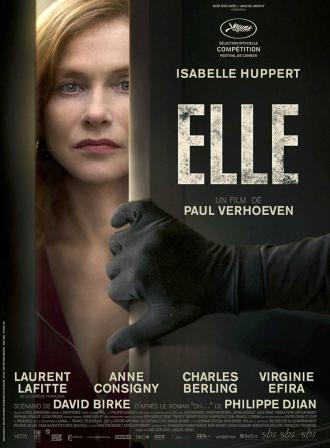 Affiche d'Elle de Paul Verhoeven. Nous y voyons Isabelle Huppert devant sa fenêtre, tandis que la main gantée d'une personne tente d'entrer. Huppert n'a pas l'air effrayée.