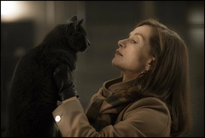 Photo d'Isabelle Huppert soulevant son chat dans le film Elle de Paul Verhoeven.