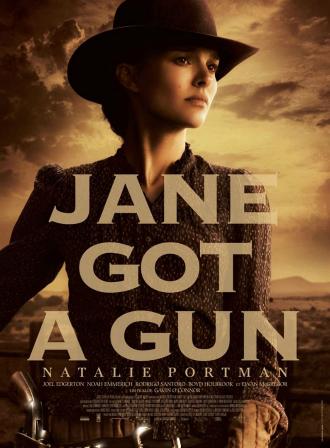 Affiche du film Jane Got A Gun. Nous y voyons Natalie Portman qui semble avancer à cheval devant un paysage terne et orangé.