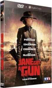 Pochette du DVD de Jane Got a Gun sur laquelle nous voyons Natalie Portman au premier plan tenant un fusil et Joel Edgerton au second plan qui s'apprête à tuer un homme.