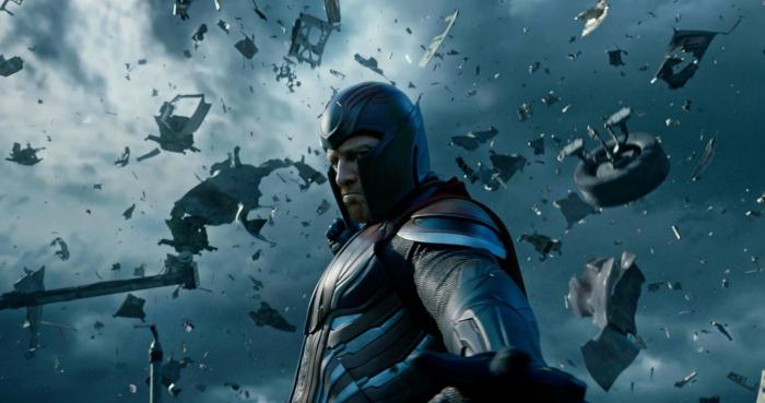 Photo de Magnéto dans X-Men : Apocalypse. Dans les airs, Magnéto regarde vers le sol et s'apprête à y projeter un amas de métal.