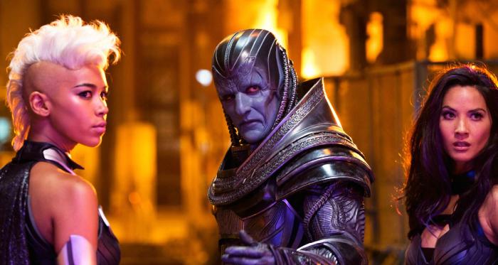 Photo d'Oscar Isaac, Olivia Munn et Alexandra Shipp dans X-Men Apocalypse. Entouré de deux de ses Cavaliers, Apocalypse tend le main à un quatrième personnage.