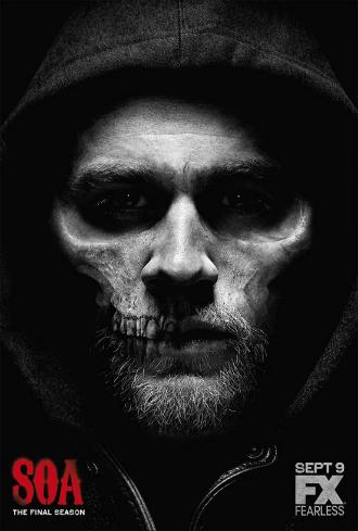 Affiche de la saison 7 de Sons of Anarchy. Nous y voyons le visage de Jax sous une capuche qui se confond avec une tête de mort.