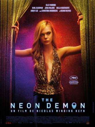 Affiche de The Neon Demon. Nous y voyons Elle Fanning pénétrer dans une pièce, éclairée par une multitude de couleurs.