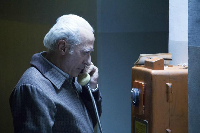Photo de Guillermo Francella dans le film El Clan de Pablo Trapero. Le père Puccio passe un coup de téléphone à une de ses victimes dans un lieu isolé.