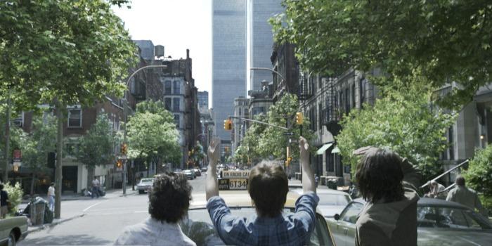 Photo de Clément Sibony et Joseph Gordon-Levitt dans le film The Walk : Rêver plus haut. De dos, l'équipe menée par Philippe Petit observe le World Trade Center depuis la rue. Petit lève les bras comme pour imaginer le fil entre les deux tours.