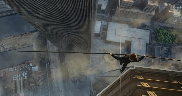 Photo de Joseph Gordon-Levitt dans le film The Walk : Rêver plus haut. L'acteur est au dessus du vide, pris de haut, sur un fil situé entre les deux tours du World Trade Center.