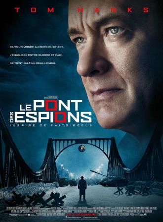 Affiche du film Le Pont des Espions sur laquelle un homme se tient au milieu de l'entrée d'un pont. Des militaires et des chars sont visibles au milieu du pont. Les ciel est très sombre. le visage de Tom Hanks est visible en haut à droite de l'affiche.