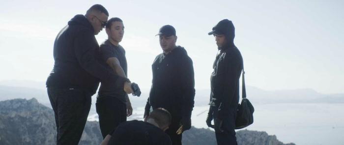 Photo du film Chouf de Karim Dridi om les personnages principaux sont en haut d'une colline afin d'exécuter l'un de leurs rivaux.