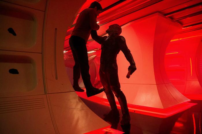 Photo de Chris Pine et Idris Elba dans le film Star Trek - Sans Limites réalisé par Justin Lin. Elba soulève et maitrise Pine dans l'USS Enterprise qu'il vient de prendre d'asaut.