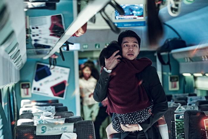 Photo de Yoo Gong dans le film Dernier Train pour Busan qui tente de protéger sa fille dans un train rempli de zombies.