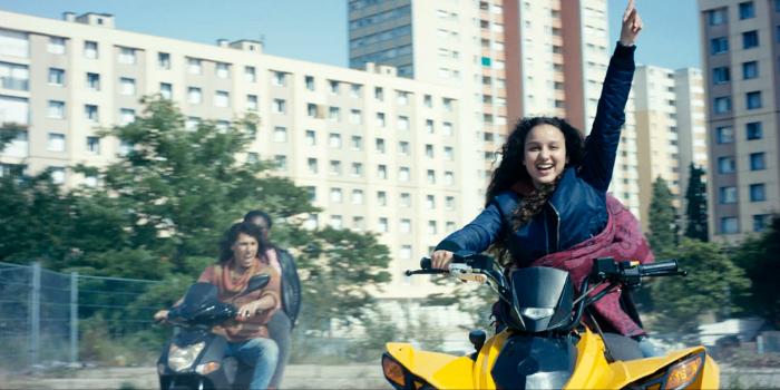 Photo d'Oulaya Amamra en train de faire du quad avec ses amies dans le film Divines.
