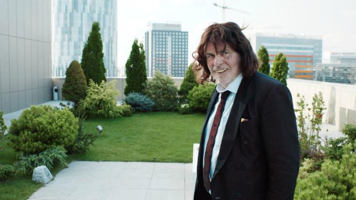 Photo de Peter Simonischek dans le film Toni Erdmann de Maren Ade sur laquelle l'acteur est dans le costume de Toni Erdmann et sourit.