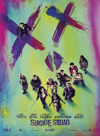 Affiche du film Suicide Squad. les membres de l'équipe sont pris de haut et forment un sourire ou le reste du visage est taggé. Le Joker est visible dans l'oeil gauche du crâne.